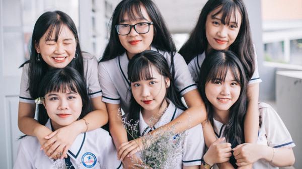 Lớp học ở miền Tây 'toàn gái xinh' đang nổi rầm rầm sau bộ ảnh kỷ yếu độc đáo