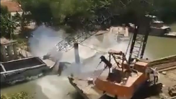 Cận cảnh cần cẩu gãy đôi khi đang giải cứu xe tải trong vụ sập cầu ở Đồng Tháp