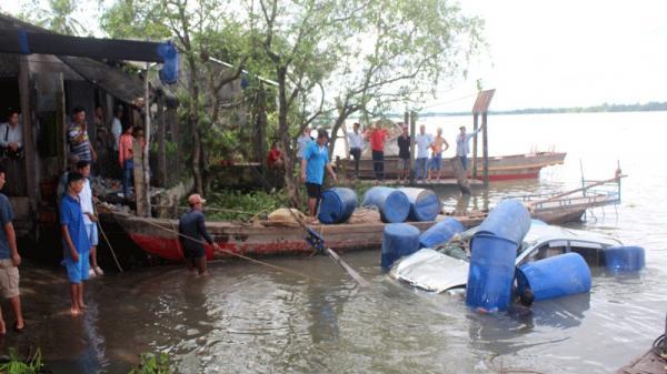 Nhóm đưa tang trên sông Cổ Chiên đập cửa ô tô cứu người
