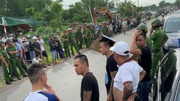 Nhóm giang hồ xăm trổ cầm hung khí vây kín ô tô đối thủ, hàng trăm cảnh sát được điều động tới hiện trường