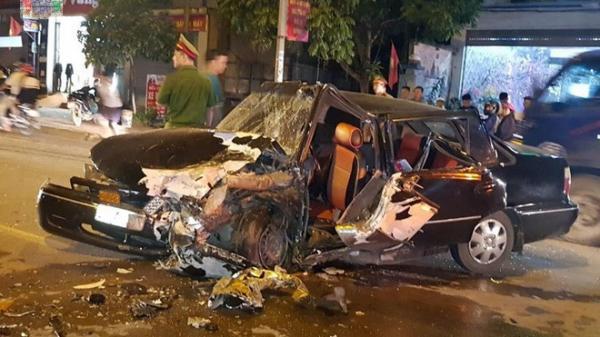 Tai nạn nghiêm trọng: 2 xe ô tô đâm nhau nát bét, nhiều người bị thương nặng