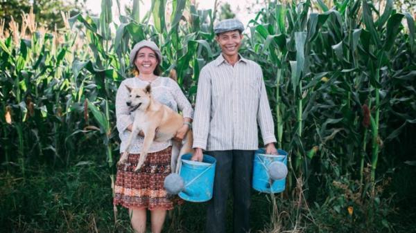 """Tan chảy với bộ ảnh ba mẹ """"25 năm gắn bó cánh đồng"""", tình yêu chưa bao giờ bình dị đến thế"""
