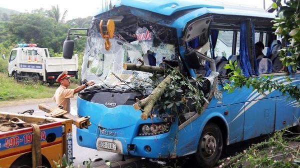 Xe chở hàng chục du khách gặp nạn, người dân đập kính cứu người