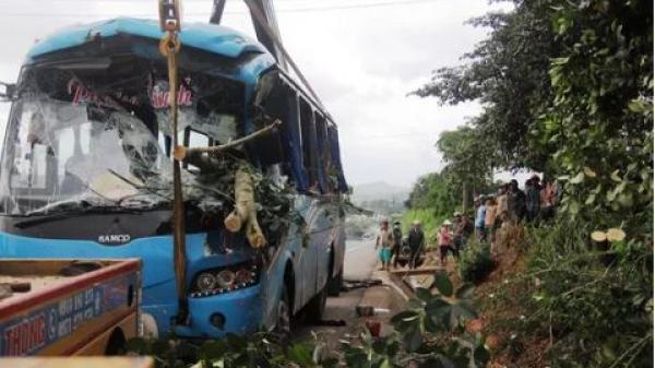 Hiện trường vụ tai nạn thảm khốc, xe khách chở 26 người trong dòng họ đi du lịch bất ngờ gặp nạn
