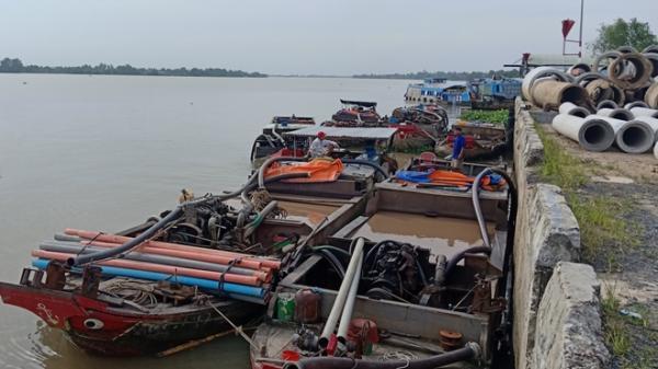 Vĩnh Long: Bắt giữ 11 phương tiện ngang nhiên khai thác cát trên sông Cổ Chiên
