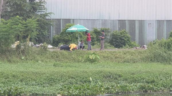 Nam thanh niên đầu đội mũ bảo hiểm, gục chết trong tư thế bất thường trên xe máy tại bãi đất trống