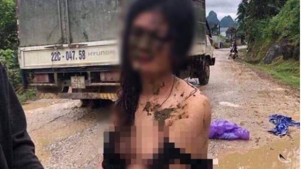Cô gái trẻ xinh đẹp bị đánh ghen, lột quần áo và ném chất thải khắp người ngay giữa đường