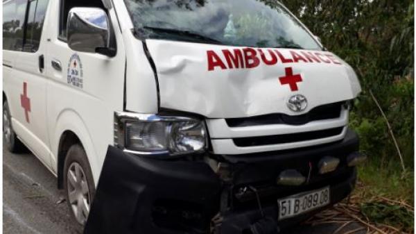 Xe cứu thương lưu thông trên đường hướng An Giang đi TP.HCM.va chạm với mô tô, 2 người nguy kịch
