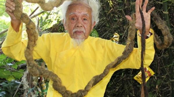 Lạ lùng mái tóc hơn 70 năm chưa cắt của cụ ông 90 tuổi ở miền Tây