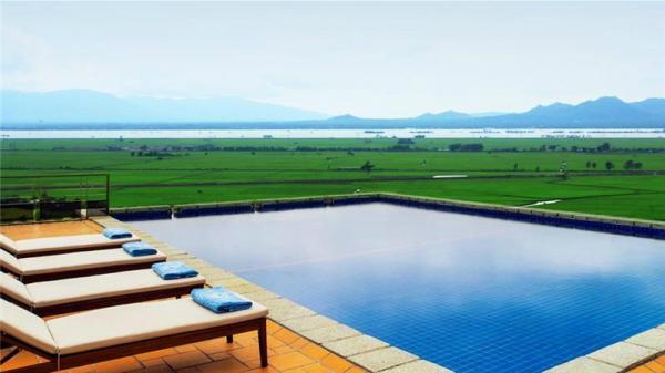 """Mãn nhãn với hồ bơi tràn bờ view nhìn ra cánh đồng """"xanh mướt một màu xanh"""" ở khu nghỉ dưỡng Victoria Núi Sam Lodge An Giang"""