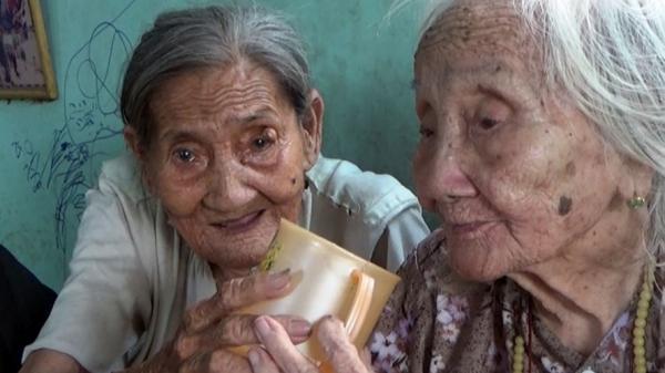Cảm động hình ảnh cụ bà 90 tuổi bán vé số nuôi chị 95 tuổi ở miền Tây