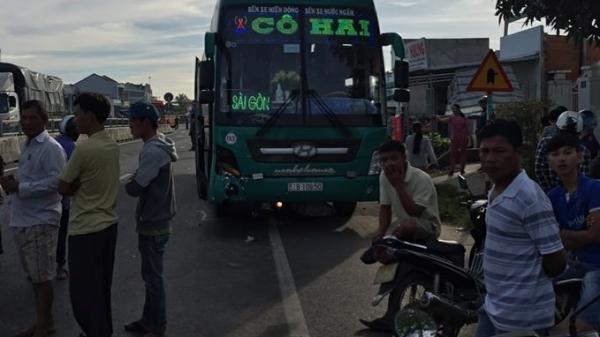 Tai nạn thương tâm: Xe khách kéo lê hơn 100m ba ông cháu trên đường đến trường