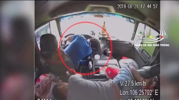 Lạnh người camera ghi lại tài xế bất ngờ đột t ử khi đang cầm lái, phụ xe lập tức nhảy lên tấp xe vào lề đường