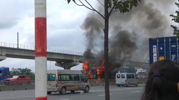 Xe ben bốc cháy khi đang chạy trên đường