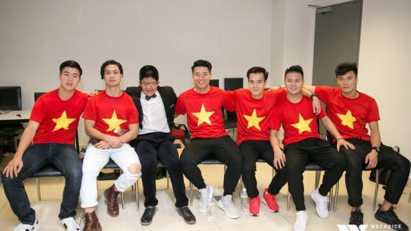 Bé Bôm hạnh phúc, cười khoái chí khi được chụp ảnh cùng 6 tuyển thủ của U23 Việt Nam