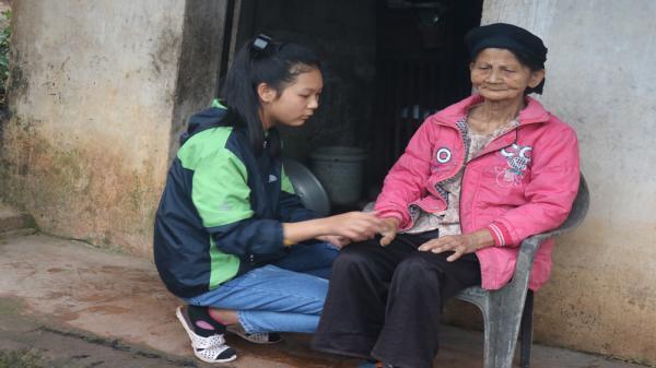 Nghẹn lòng cảnh cụ già 80 tuổi mù lòa nuôi cháu ăn học chỉ với 540.000 nghìn đồng ở Bắc Giang