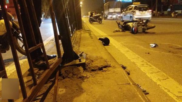 Sau cú tạt đầu kinh hoàng, xe mang BKS Bắc Giang đâm bật tung dải phân cách bằng sắt