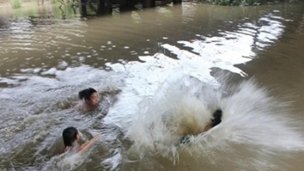 Lạng Giang: 2 bé trai đ.uối nước t.ử vong trong ao nhà