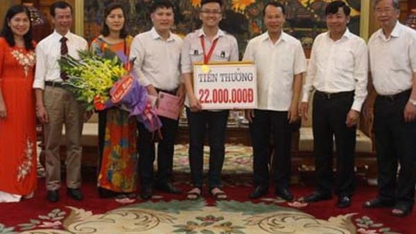 Trao thưởng nóng học sinh Bắc Giang nhỏ tuổi nhất đạt HCV Olympic Vật lý châu Á