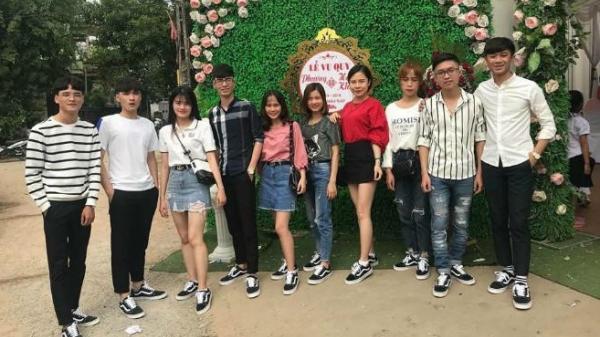 Hội bạn thân trao phong bì dán thêm ảnh 'dìm hàng' cô dâu Bắc Giang