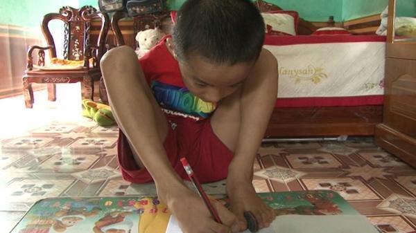 Cảm phục cậu học trò Bắc Giang không có tay, dùng chân để viết chữ đạt học sinh giỏi xuất sắc