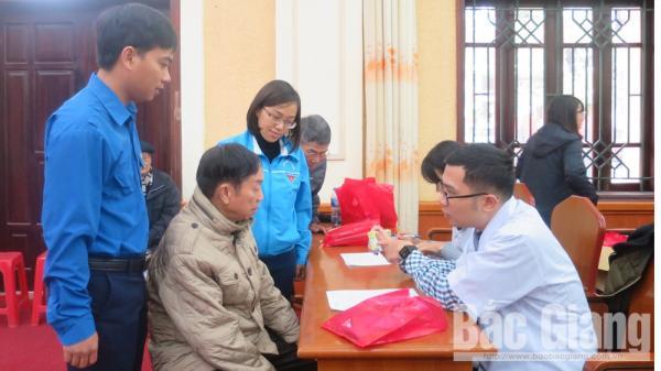 Khám, tư vấn sức khỏe, tặng thuốc cho cựu chiến binh ở Bắc Giang