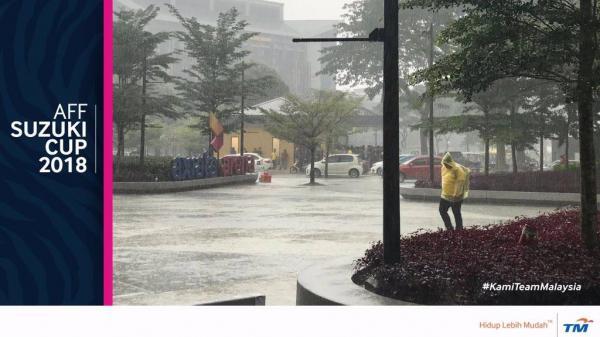 NÓNG: Kuala Lumpur đang mưa rất to, Việt Nam vs Malaysia sẽ đá sân trơn ướt