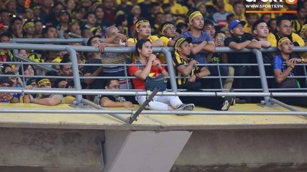 """CĐV Việt """"lạc giữa rừng gươm"""" trên sân Bukit Jalil khiến dân mạng thắc mắc: Lúc vô 2 trái anh ăn mừng kiểu gì?"""