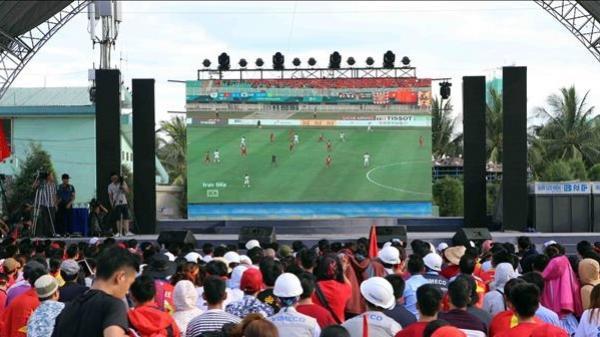 """Việt Yên (Bắc Giang): Lắp đặt màn hình LED """"KHỦNG"""" để cổ vũ trận chung kết lượt về Việt Nam – Malaysia"""