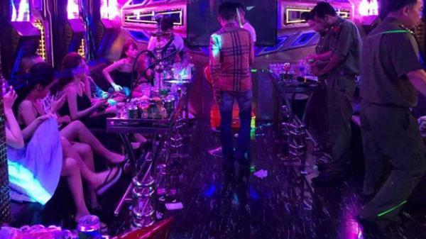 Quán karaoke khóa trái cửa phục vụ khách và nữ nhân viên 'bay l.ắc' ở Bắc Giang