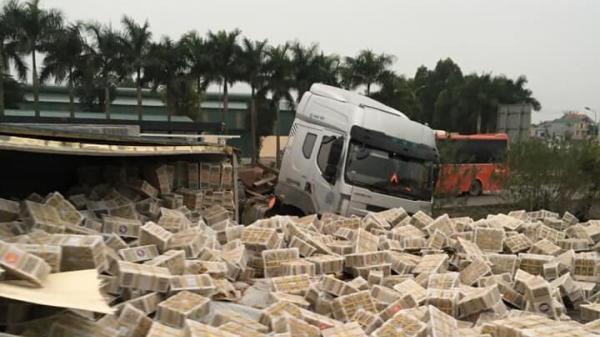 Xe container lật nhào, hàng hóa văng tràn cao tốc Hà Nội-Bắc Giang