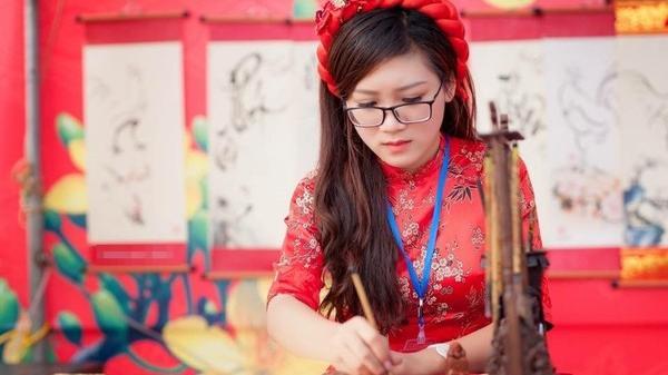 'Cô đồ' xinh đẹp ở Bắc Giang từng khiến dân mạng 'phát sốt' khi cho chữ đầu năm giờ ra sao?