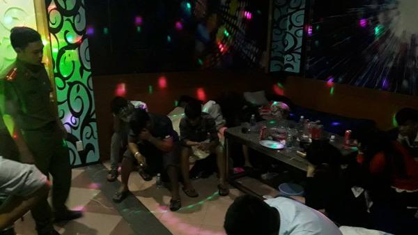 Sau tất niên, 13 nam nữ thanh niên rủ nhau chơi 'hàng trắng' trong karaoke