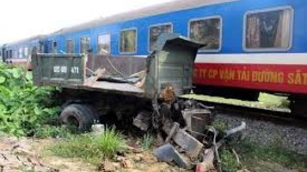 Văn Lâm (Hưng Yên): 1 xe tải bị tàu hỏa đ.âm, h.ất v.ăng ra khỏi đường tàu