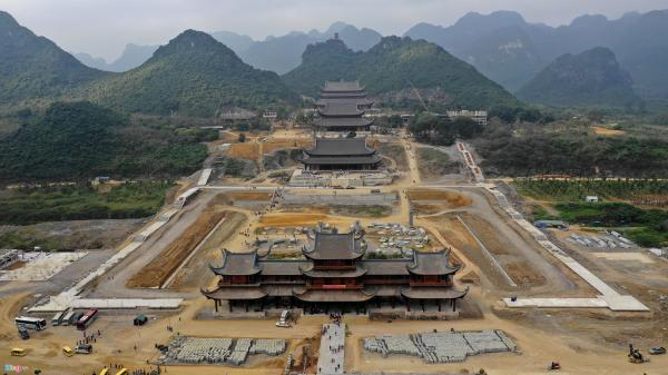 Dòng người đến ngôi chùa lớn nhất thế giới ở miền Bắc dù chưa xây xong