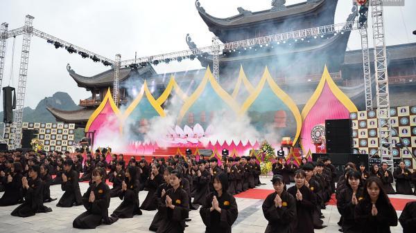 Hơn 30.000 Phật tử và du khách thập phương đổ về khai hội ngôi chùa lớn nhất Việt Nam