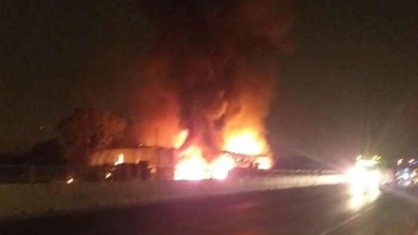 Xe khách của tài xế Bắc Giang cháy d.ữ dội lúc rạng sáng, 1 tiệm sửa xe ven đường bị thi.êu rụi