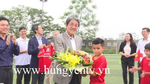 Đại sứ Đặc mệnh toàn quyền Nhật Bản tại Việt Nam thăm đội bóng đá nhi đồng Hưng Yên trước khi sang Nhật Bản thi đấu