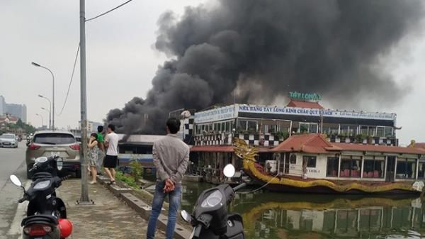 NÓNG: Tàu nổi ở Hồ Tây (Hà Nội) bốc cháy ngùn ngụt giữa trưa nay