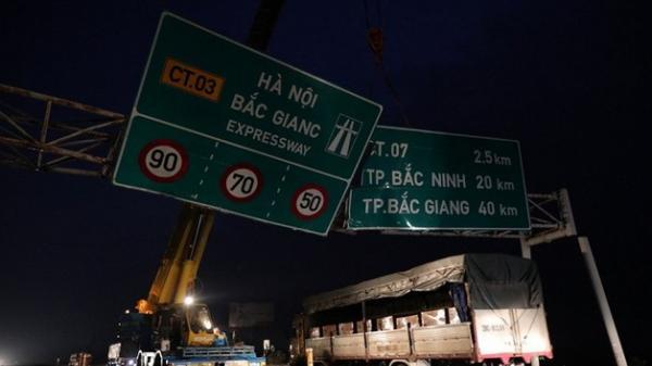 Truy cứu thủ phạm kéo sập biển báo cao tốc Hà Nội-Bắc Giang làm tắc đường nhiều giờ trong đêm
