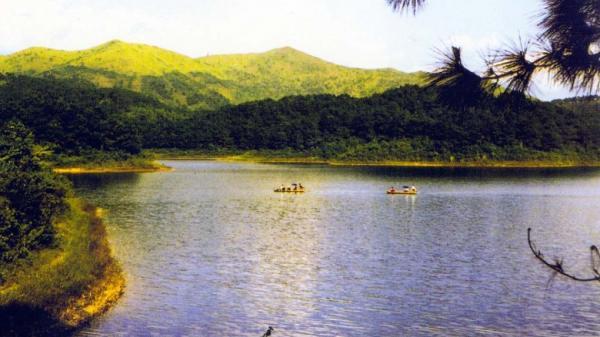 Thời khắc hồ Cấm Sơn đẹp đến nao lòng, bạn có biết?