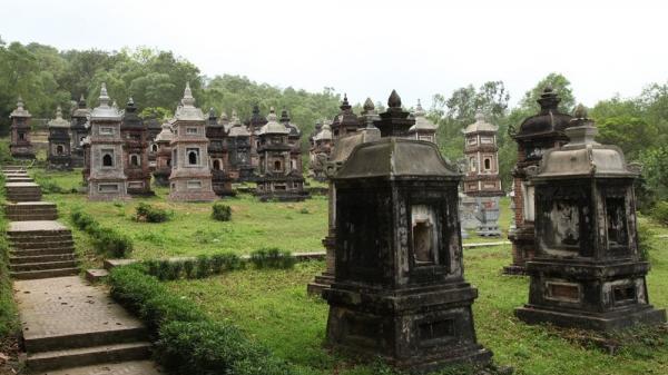 """Lạc vào """"tiên cảnh""""  hàng trăm tháp mộ trong ngôi chùa ở Bắc Giang"""