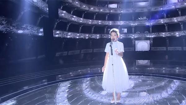 """CLIP: """"Sởn da gà"""" trước màn trình diễn xuất sắc giúp """"thiên thần"""" Bắc Giang giành vé vào chung kết Giọng hát Việt nhí"""