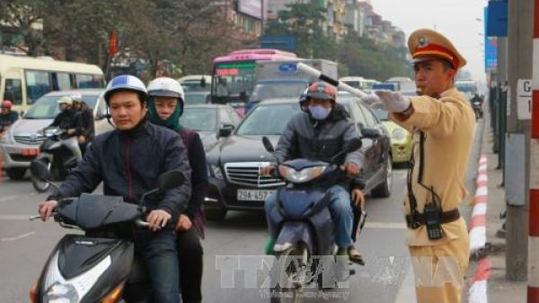 Đang dừng đèn đỏ bỗng bị cảnh sát giao thông kiểm tra, có đúng luật?