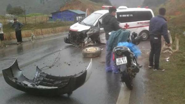 Xe cứu thương chở bệnh nhân bị đâm văng lốp trước
