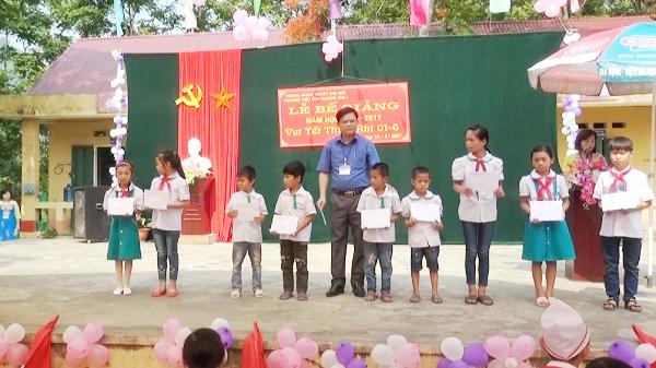 Chợ Mới : Tặng quà cho các em nghèo vượt khó trong học tập