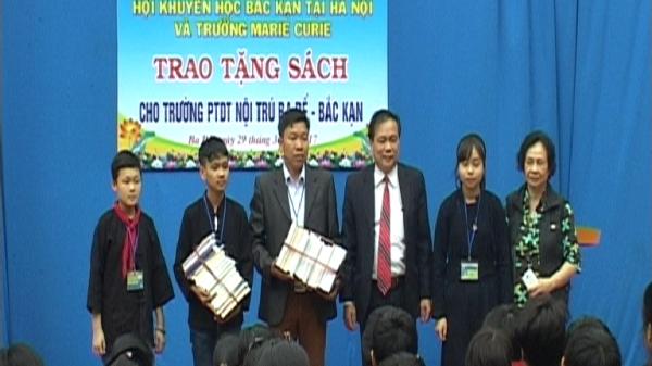 Trao tặng sách cho học sinh trường PTDT Nội trú Ba Bể