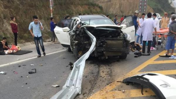 Bắc Kạn: Hai ô tô chở khách va chạm giữa ngã tư
