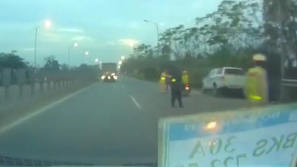 Né CSGT, xe máy đâm văng cảnh sát cơ động