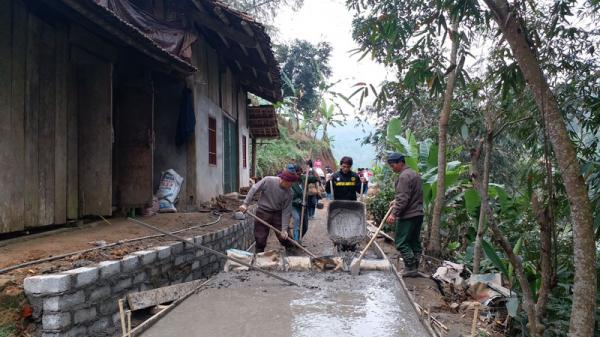 Người dân Bắc Kạn nô nức làm đường bê tông mới đón Tết